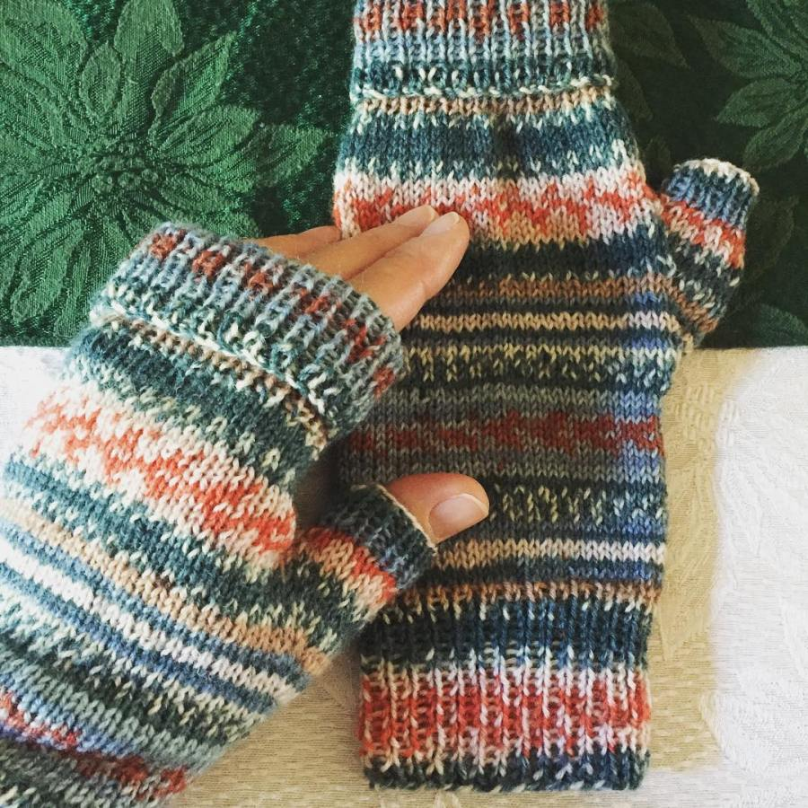 a-new-obsession-my-fingerless-mitts-minus-the-ripple-with-a-heavy-dash-of-arnecarlos-regia-arneandcarlos-ripplewavefingerlessmitts_23967761501_o